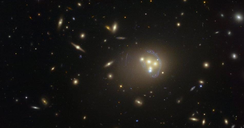 Immagine dell'ammasso di galassie Abell 3827 presa da Hubble